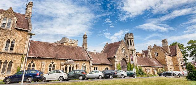 ิเรียนต่ออังกฤษ ที่ INTO University of Gloucestershire-Main_entrance_to_Francis_Close_Hall